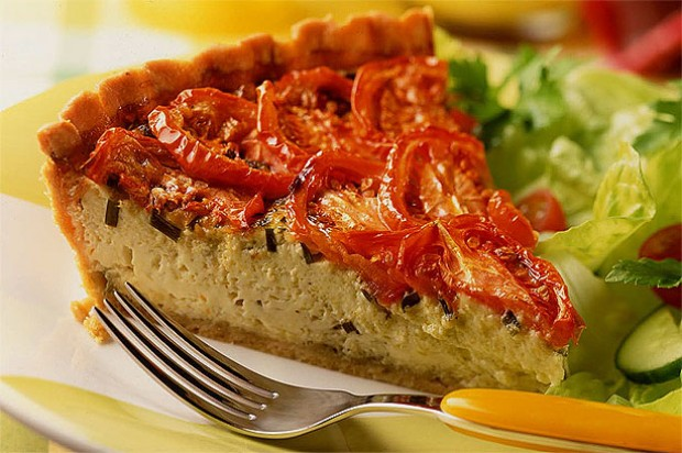 Cheddar cheese and tomato quiche