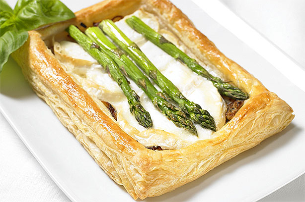 Asparagus, goat's cheese and caramelised onion puffs ...