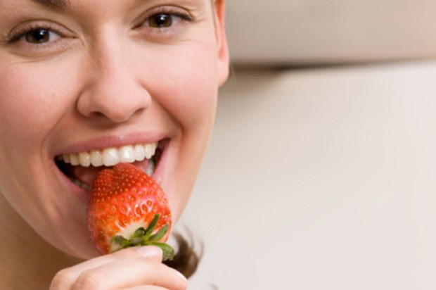 Eat to get pregnant woman eat fruit strawberry