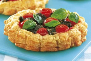 Pesto and tomato tarts