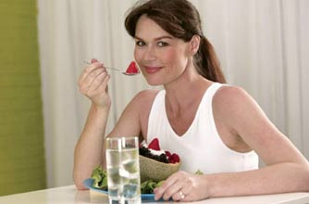 skin diet, woman eating fruit