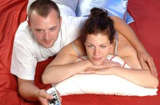 Couple watching TV in bed_rex