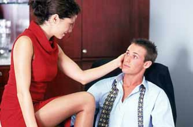 Woman seducing man at work_PL
