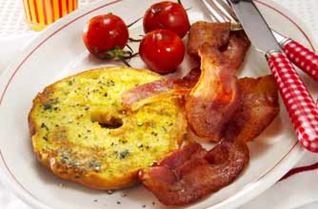 Eggy bagel with bacon and tomatoes