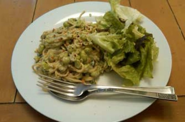 Pesto spaghetti with soya beans and spinach