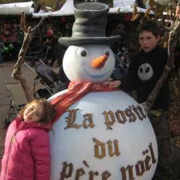 Charlie and Jessica with a snowman in Disneyland Paris