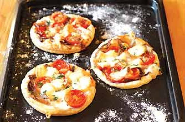 Goat's cheese, tomato and onion tarts