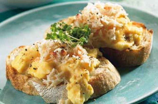 Scrambled egg and crab on garlic croutes