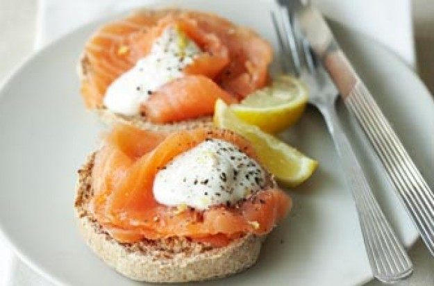 Wholemeal muffins with smoked salmon