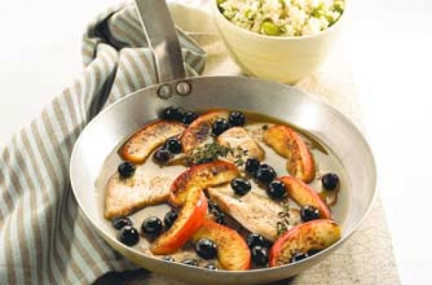 Turkey escalopes with apple and blueberry sauce