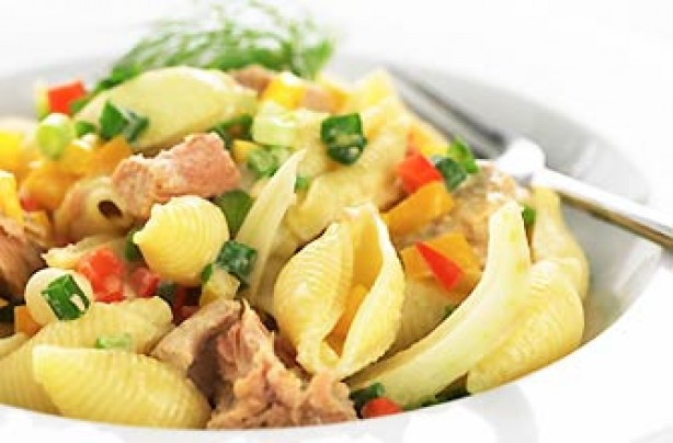 Pasta shell salad with tuna and peppers