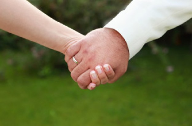 Couple holding hands: How to have a happy marriage