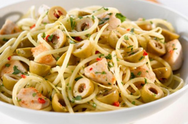Spaghetti with chicken and green olives