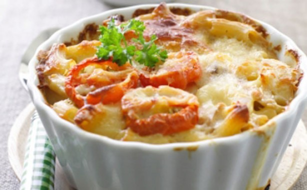 Baked macaroni cheese with tomatoes