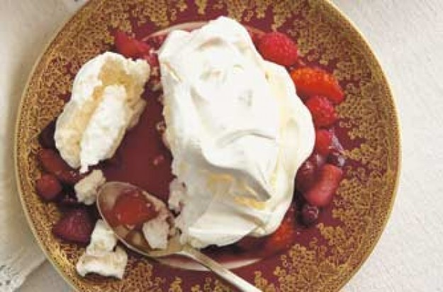 Meringue with Christmas compote