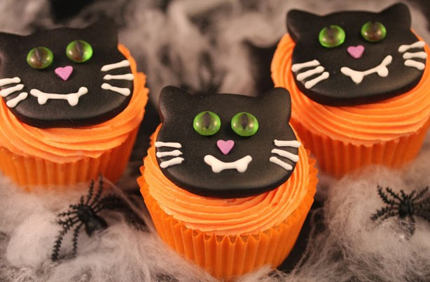 Victoria Threader Halloween kitty cupcakes