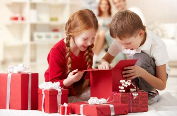 Cheap Christmas:Kids getting presents