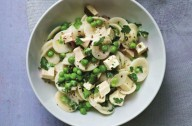 Ainsley Harriott's chicken pasta with peas