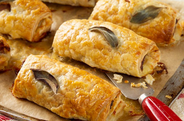 Sage leaves are embedded in the pastry for this sausage roll. It gives the puffy pastry a sage aroma and taste.