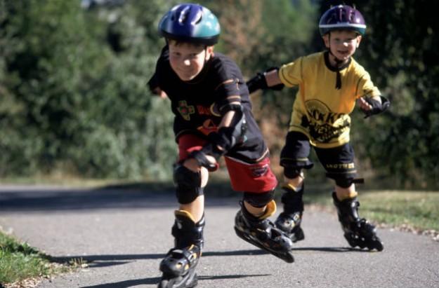 2 boys rollerblading