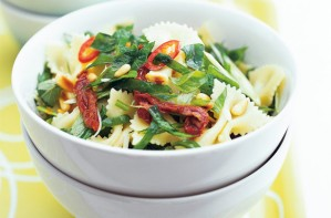Farfalle salad with spinach