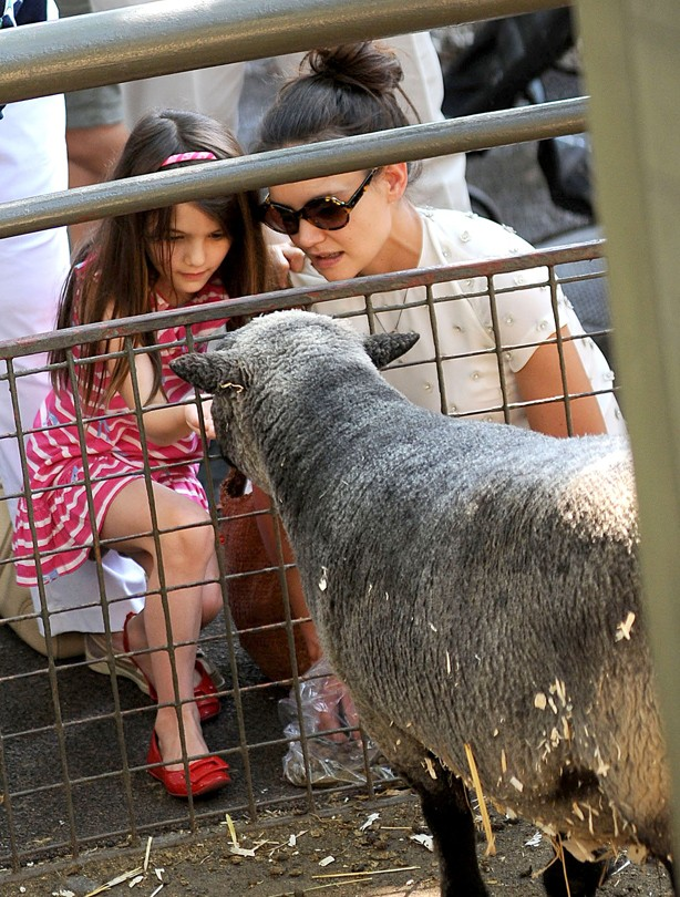 Katie-and-Suri-Cruise-at-the-zoo
