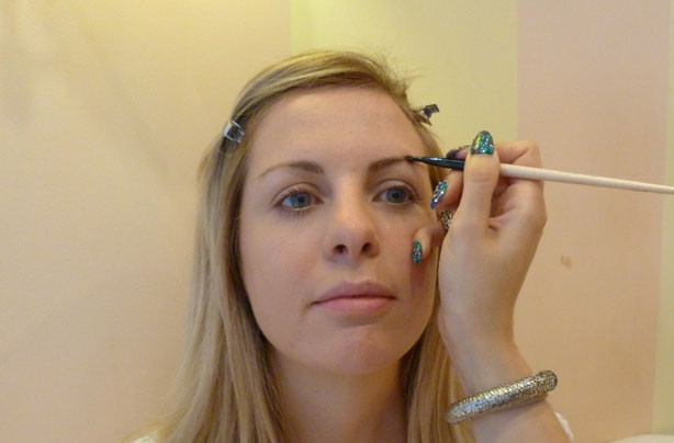 Benefit how to shape eyebrows apply colour