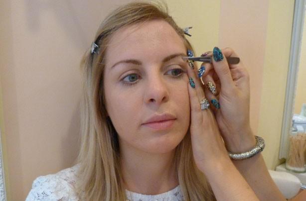 Benefit how to shape eyebrows tweeze