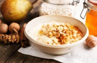 Creamy porridge with honey and walnuts