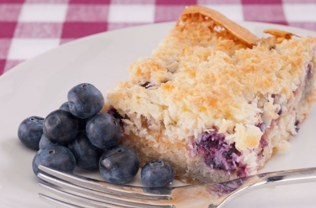 Crunchy coconut and blueberry cake
