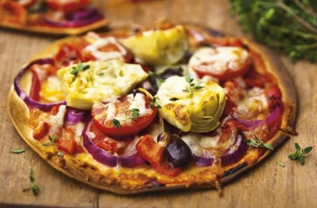 Red onion artichoke and tomato pizza