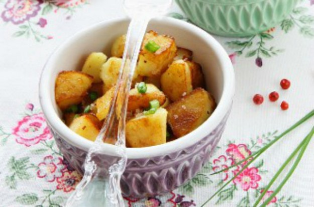 Fried potatoes with chive and pink pepper dip