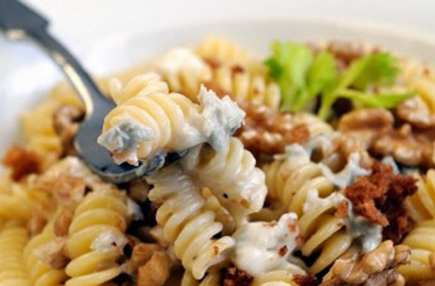 Fusilli with gorgonzola and walnuts