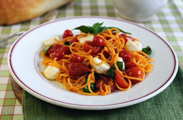 Spaghetti with cherry tomatoes and mozarella
