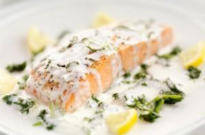 Salmon with tarragon and mushroom sauce