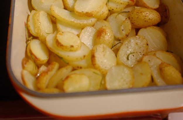 Garlic and rosemary potato slices