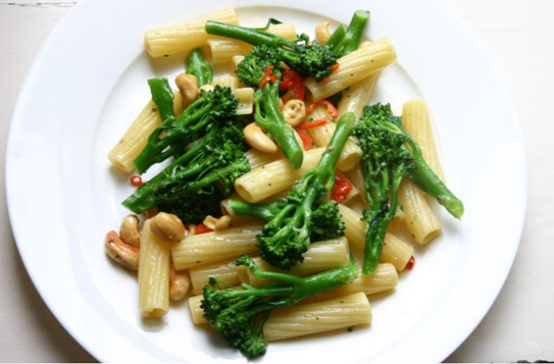 Broccoli, cashew nut and chilli pasta