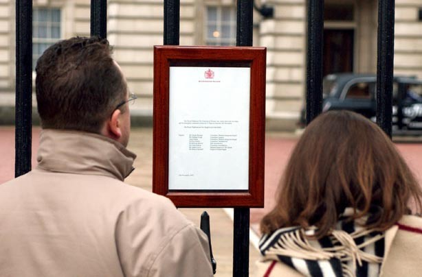 Royal baby birth announcement on Buckingham Palace gates