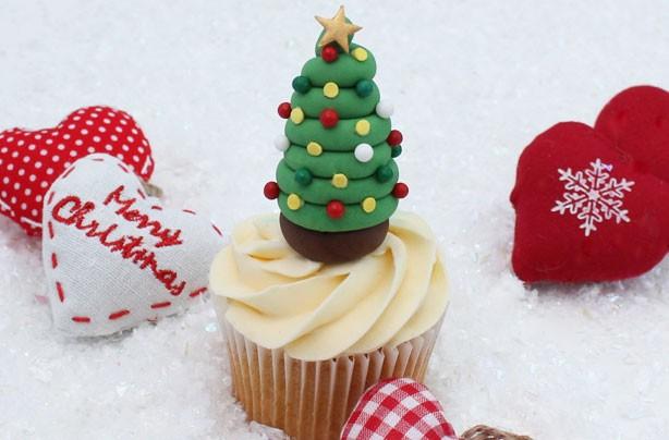 Xmas Cake Decorations Uk : Christmas tree cake decorations - goodtoknow