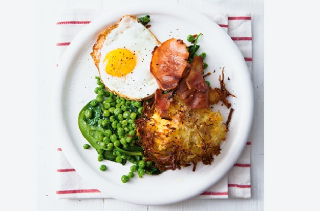 Potato rosti with bacon, egg and spinach