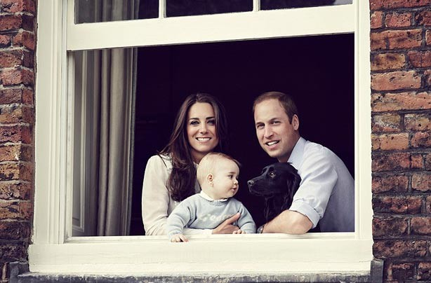 Kate Middleton, Prince William, Prince George and Lupo in the window of Kensington Palace