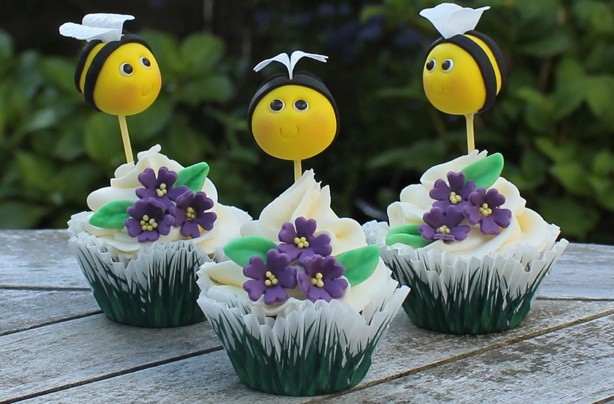 Bumblebee cake decorations