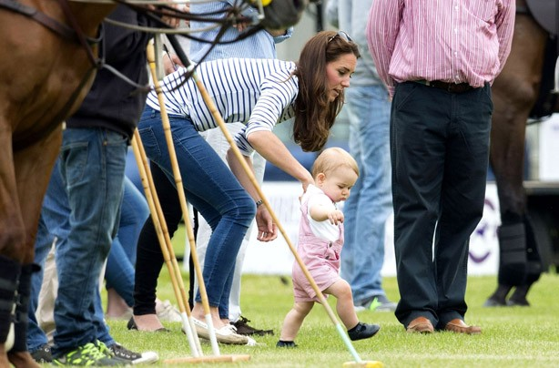 Kate-Middleton with Prince George walking