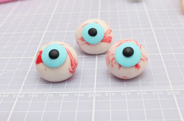 Cake Decorating Eyeballs : How to make Halloween eyeball cake decorations - goodtoknow
