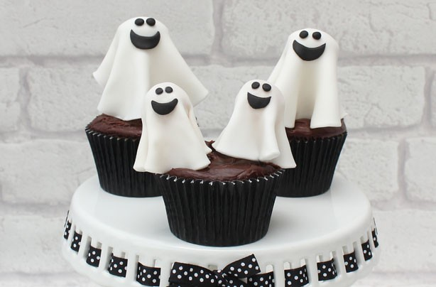 Easy Halloween cupcakes: Halloween ghost cake decorations