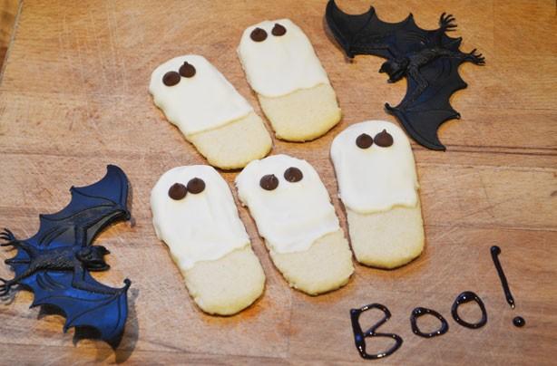 Halloween treats: Halloween ghost biscuits