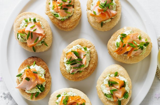 50 quick and easy canapes smoked salmon and pea vol au for Canape fillings