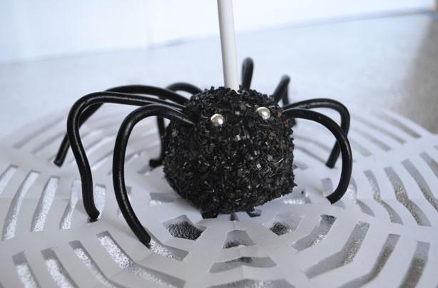Halloween treats: Spider cake pops