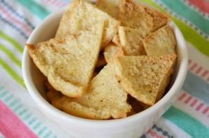 Homemade pitta crisps