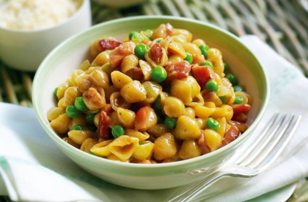 Gino D'Acampo's pasta with peas, ham and eggs